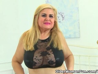 Spanish cougar Musa Libertina catapults her clean-shaven slit Thumb